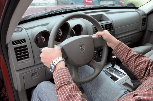 Как нужно держать руль автомобиля?